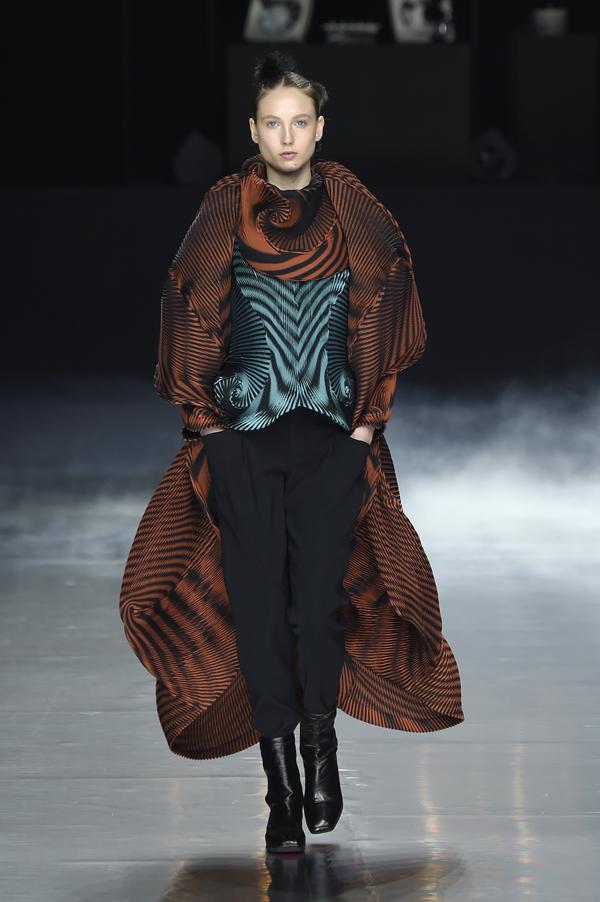 "Issey Miyake AW16 Paris Fashion Week, Mode à Paris, Ready to Wear, collection AUTUMN WINTER 2016 ""BEYOND"", Photo credit: FREDERIQUE DUMOULIN/ ISSEY MIYAKE"